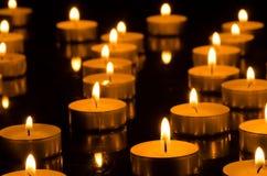 Brennende Kerzen in der Dunkelheit Stockfoto
