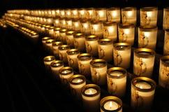 Brennende Kerzen in der Kathedrale Lizenzfreies Stockbild