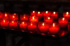 Brennende Kerzen in der Kirche Lizenzfreie Stockfotos