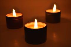 Brennende Kerzen in der Nacht stockfoto