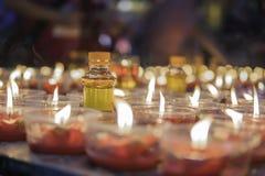 Brennende Kerzen an einem Asiatsporzellan des buddhistischen Tempels Lizenzfreie Stockfotos