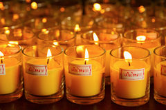 Brennende Kerzen an einem buddhistischen Tempel Stockbilder