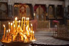 Brennende Kerzen in einer Kirche Stockbilder