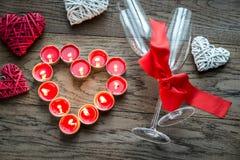 Brennende Kerzen in Form des Herzens mit zwei Flöten Lizenzfreies Stockbild