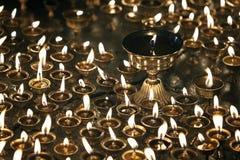 Brennende Kerzen im buddhistischen Tempel Stockfotografie