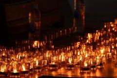 Brennende Kerzen im Glas Stockfotos