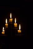 Brennende Kerzen im Kerzenständer Lizenzfreies Stockbild