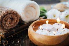 Brennende Kerzen im Wasser Zusammensetzung des Badekurortes Lizenzfreie Stockfotos
