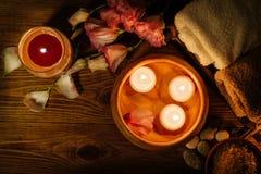 Brennende Kerzen im Wasser Zusammensetzung des Badekurortes Lizenzfreies Stockfoto