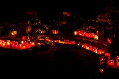 Brennende Kerzen am Kirchhof Stockbild