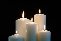 Brennende Kerzen lokalisiert auf schwarzem Hintergrund Lizenzfreies Stockbild