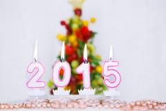 Brennende Kerzen mit 2015-jährigem und mit Obstbaum auf Hintergrund Lizenzfreie Stockfotos