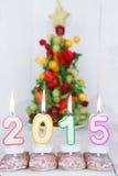 Brennende Kerzen mit 2015-jährigem und mit Obstbaum auf Hintergrund Lizenzfreie Stockbilder
