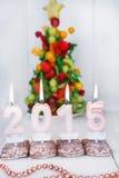 Brennende Kerzen mit 2015-jährigem und mit Obstbaum auf Hintergrund Stockfoto