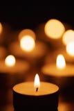 Brennende Kerzen mit schönem unscharf Stockfotografie