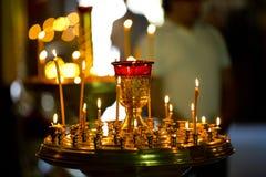 Brennende Kerzen Seveal in der orthodoxen Kirche Stockfoto