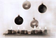 brennende Kerzen und das decorat des neuen Jahres Stockfotografie