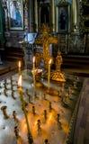 Brennende Kerzen und Kreuz in der Kathedrale Stockbild
