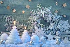 Brennende Kerzen und Weihnachtsdekoration Stockbilder
