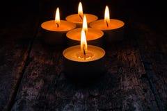 Brennende Kerzen, zum sich auf dem hölzernen zu entspannen Lizenzfreie Stockfotos