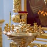 Brennende Kirchenkerzen auf einem Kerzenständer stockfoto