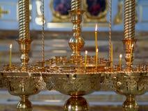 Brennende Kirchenkerzen auf einem Kerzenst?nder stockfotos