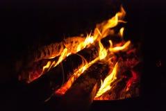 Brennende Klotz eines Lagerfeuers lizenzfreie stockfotografie