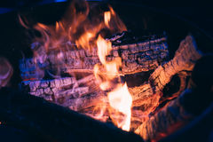 Brennende Klotz und Kohle Lizenzfreies Stockfoto