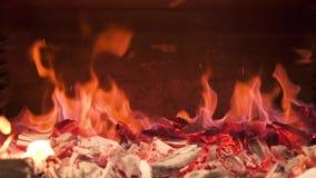 Brennende Kohlen im Ofen sind Misch, eine brennende Staub Zeitlupe schaffend stock footage