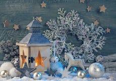 Brennende latern und Weihnachtsdekoration Lizenzfreie Stockbilder