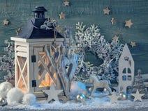 Brennende latern und Weihnachtsdekoration Lizenzfreies Stockbild