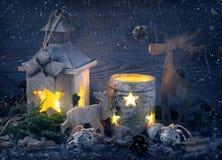 Brennende latern und Weihnachtsdekoration Lizenzfreie Stockfotos