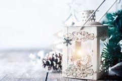 Brennende Laterne im Schnee mit Weihnachtsdekoration Lizenzfreies Stockfoto
