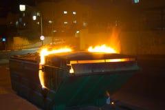 Brennende Mülldeponie stockfoto