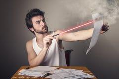 Brennende Rechnung des Mannes mit Laser Lizenzfreies Stockfoto