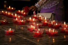 Brennende rote Blumenkerze am chinesischen Schrein für Verdienst herein machen Lizenzfreie Stockfotos