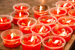 Brennende rote Blumenkerze am chinesischen Schrein für Verdienst herein machen Lizenzfreie Stockfotografie