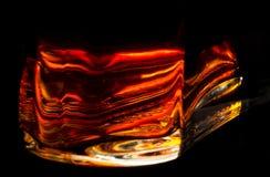 Brennende rote helle Flaschenbasis einer Flasche mit Kognak lizenzfreie stockfotografie