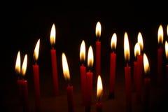 Brennende rote Kerze Stockbild