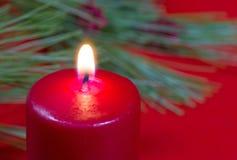 Brennende rote Kerze Lizenzfreie Stockfotos