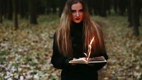 Brennende Seiten des gotischen Mädchens des Buches stock footage