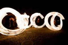 Brennende Streifen während des fireshow nachts Lizenzfreie Stockfotos