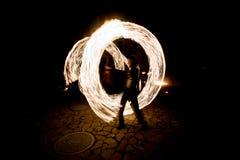 Brennende Streifen während des fireshow nachts Stockfoto
