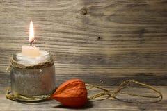 Brennende weiße Kerze im Glasgefäß stockfotos