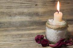 Brennende weiße Kerze im Glasgefäß stockfotografie