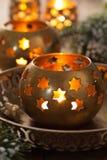 Brennende Weihnachtslaternen und -dekoration Stockfotos