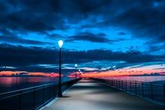 Brennende Wolke und Himmel über dem Meer bei Sonnenuntergang stockbilder