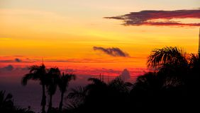Brennende Wolken über tropischer Küstenlinie lizenzfreies stockfoto