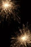 Brennende Wunderkerzen auf schwarzem Hintergrund Stockfoto