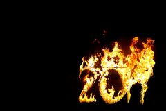 Brennende Zahlen 2017, als das Symbol des Endes des Jahres Stockfotos